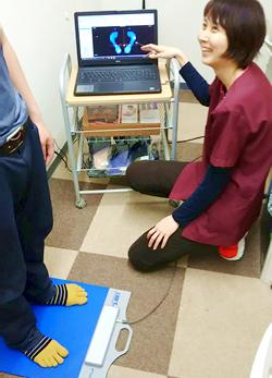 すこやか整骨院 松山砥部院:足圧測定器での検査写真